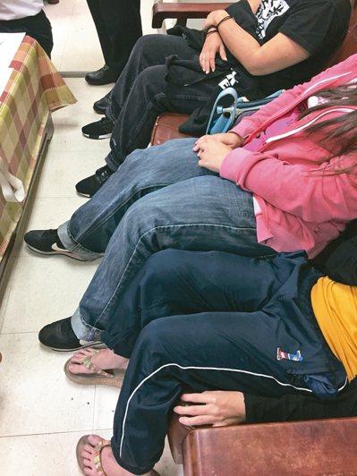 五名馬籍旅客將K他命用彈性繃帶綁在大腿、小腿,仔細看褲子都有特別凸出。 記者劉星...