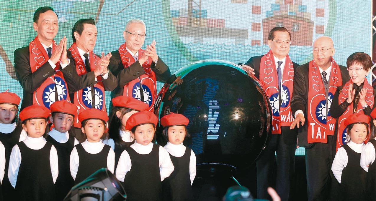 故總統蔣經國逝世30周年,國民黨昨舉行紀念大會,現任黨主席吳敦義(後排左三)與歷...