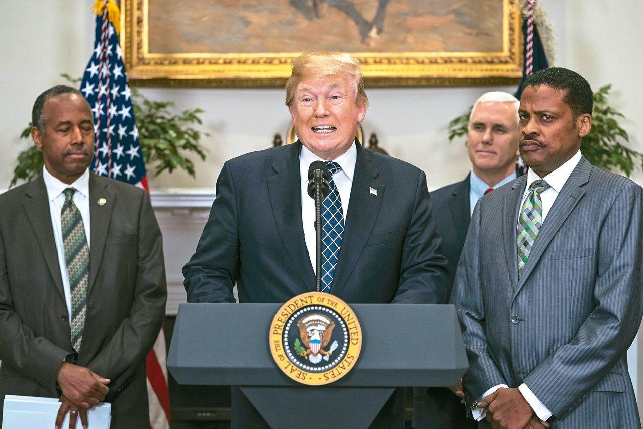 十五日為「馬丁路德金恩」紀念日,美國總統川普(中)十二日在白宮簽署宣言與發表談話...