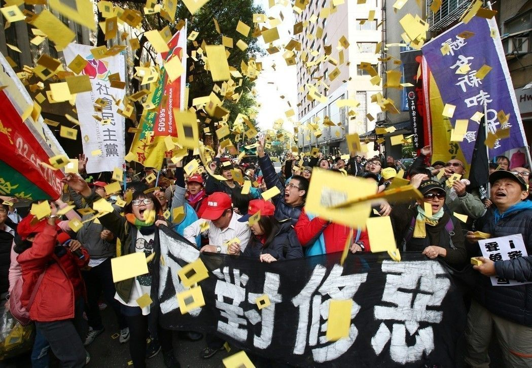 勞基法日前三讀通過,勞團繞行立法院撒冥紙抗議。 圖/聯合報系資料照片