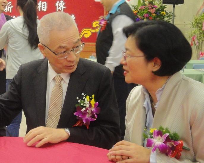國民黨主席吳敦義和立法委員王惠美(右)互動良好。 圖/聯合報系資料照片