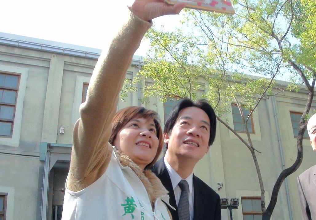 嘉義市議員黃露慧﹙左﹚與行政院長賴清德自拍留念。 記者王慧瑛/攝影