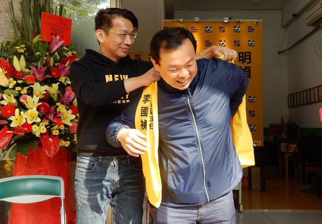 台中市西區吉龍里長李國禎(右)佈局選議員多時,正式「棄綠投黃」加入時代力量,黨團...