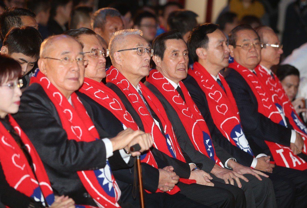 國民黨昨天舉行故總統蔣經國逝世30周年紀念大會,主席吳敦義(左四),邀請歷任黨主...