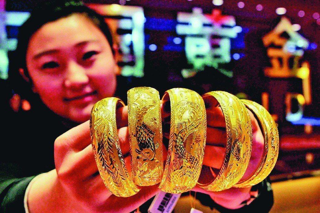 今年黃金偏多可期,投資人待回檔再承接。 (新華社)