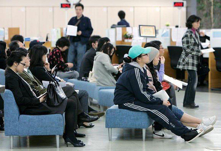 圖為南韓年輕人在就業服務站等待領取失業津貼景象。路透