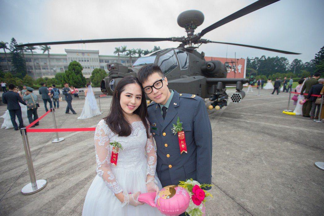 桃園龍潭大漢營區,陸軍官兵聯合婚禮,婚禮特地展示兩架AH-64E阿帕契直升機,為...