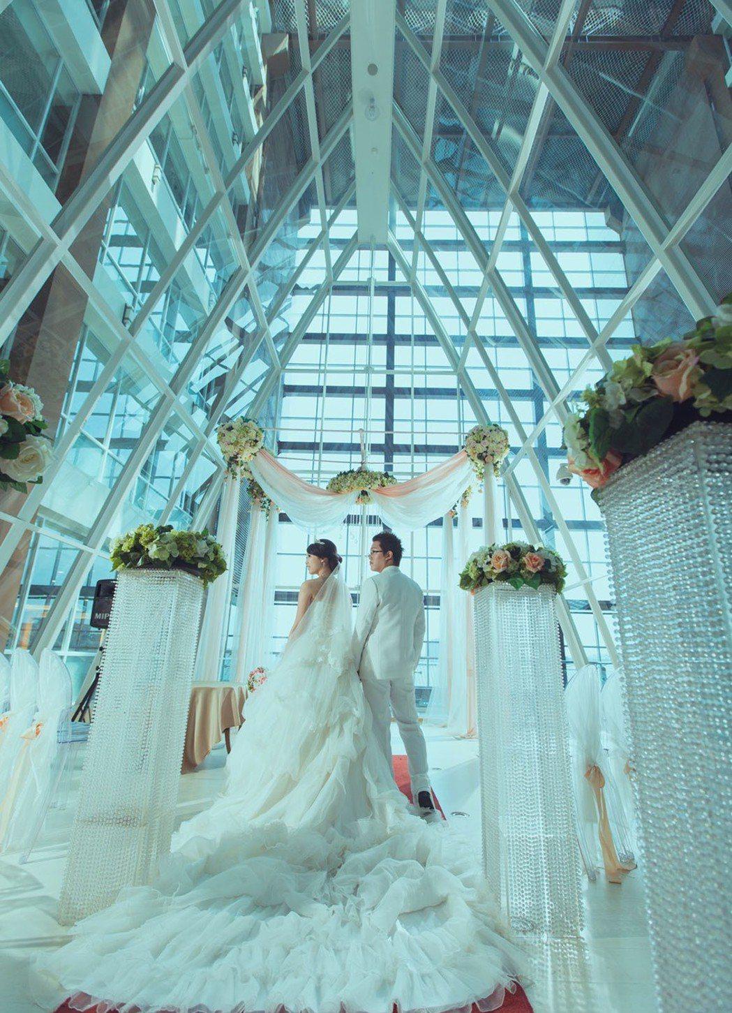 玻璃水晶教堂特別的帷幕造型,成為許多新人喜愛完成浪漫婚禮場所。 圖/桃禧航空城酒...