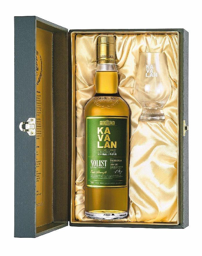 ↑噶瑪蘭經典獨奏波本桶威士忌原酒單一麥芽威士忌禮盒。 金車/提供