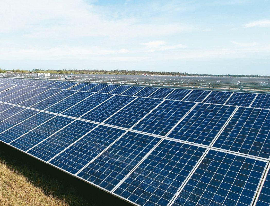 下月可能就會有第一起綠能自由化交易案例。圖為太陽光電板。 本報系資料庫