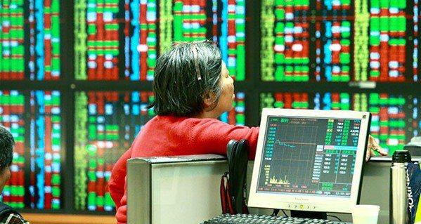 台股高檔震盪,市場高度關注外資動向,外資先前賣超、在去年底又回補持股,並吸引投信...