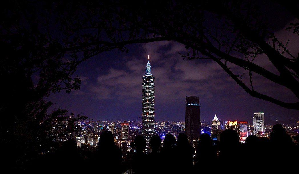 台北迎來晴好天氣,市民登上象山欣賞台北夜景。 新華社照片