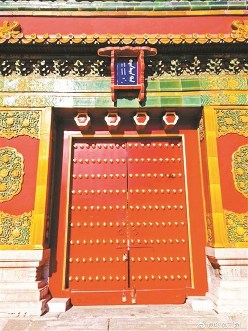 有網友日前披露,在北京故宮參觀時發現,毓慶宮正門前星門上斗匾的漢字不見了,引起一...