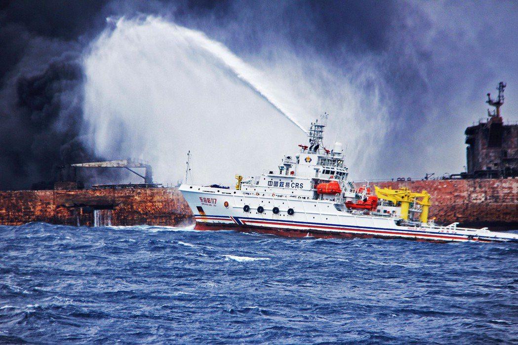油輪東海撞船燒7天、汙染5公里。 中國新聞社