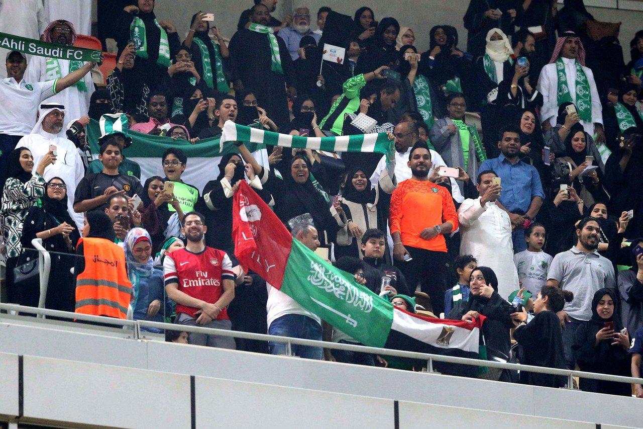 禁令首度鬆綁,沙烏地女性進足球場看球。 歐新社
