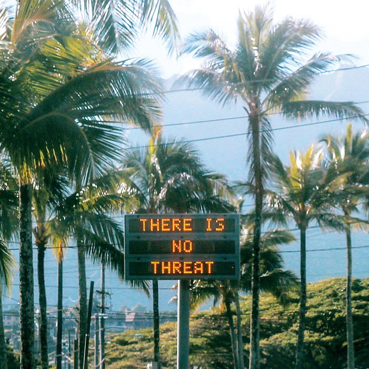 誤發飛彈來襲的警報後,歐胡島上的公路電子告示牌顯示「沒有威脅」。 路透