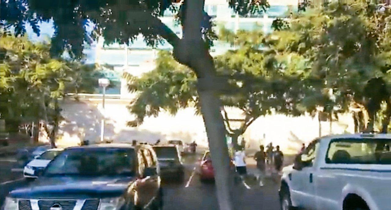 夏威夷13日誤發飛彈來襲手機警訊,夏威夷大學停車場內的學生狂奔找地方躲藏。圖為取...