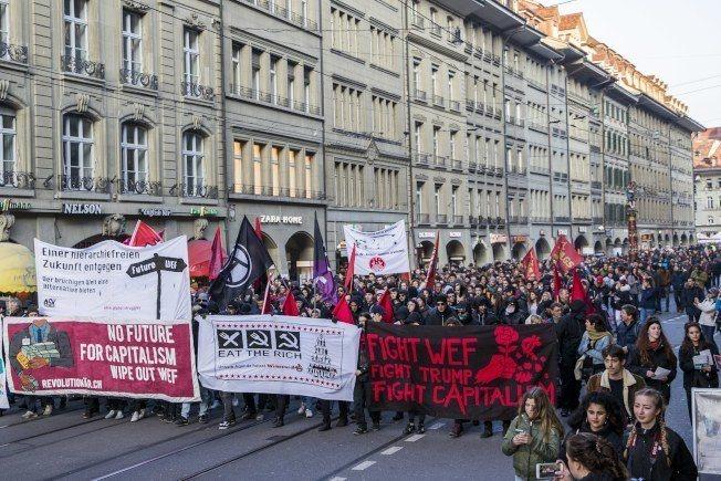 數百名反全球化示威抗議入士今天在瑞士首都伯恩(Bern)走上街頭,抗議總統川普(...