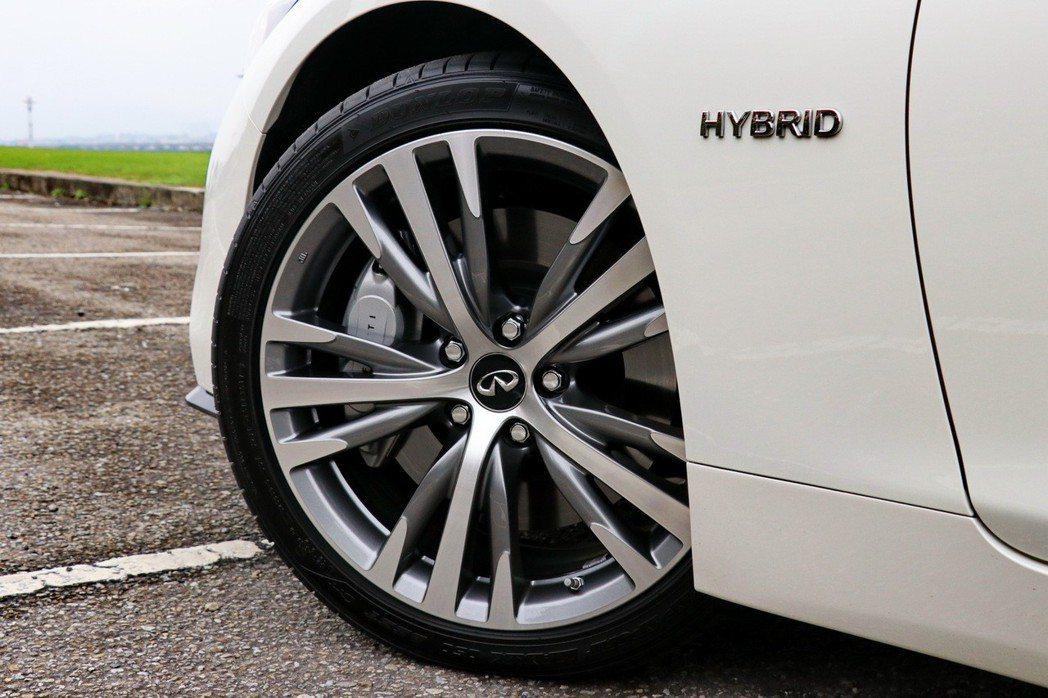 19吋跑車化風格輪圈,以亮銀色搭配鈦灰色處理。 記者陳威任/攝影
