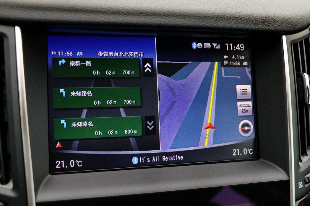 上方8吋觸控式液晶螢幕提供導航功能。 記者陳威任/攝影