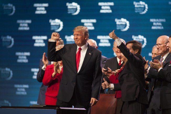 川普總統8日下午在田納西州對農夫團體講演,表示經濟正在起飛,就業機會增加。 歐新...