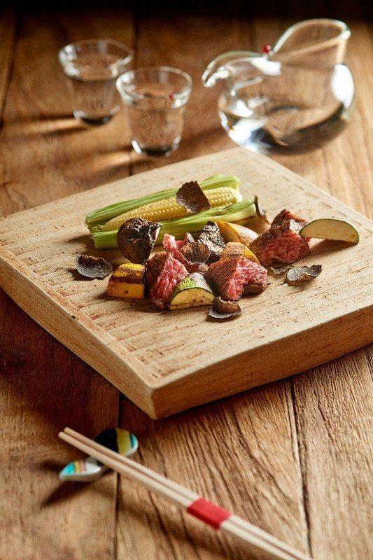 晴山日本料理的情人節菜色--炭烤美國極黑和牛牛小排搭配現刨松露與炭烤時蔬。 美福...