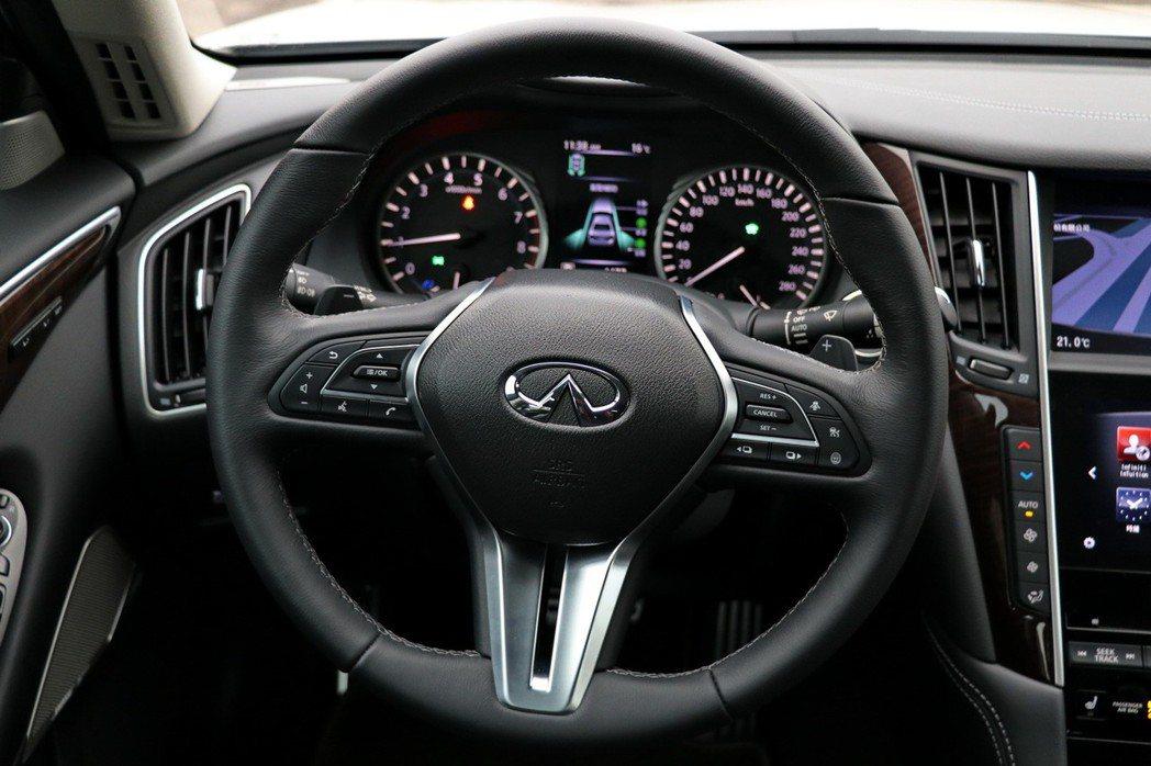 內裝新搭載三幅式跑車化方向盤。 記者陳威任/攝影