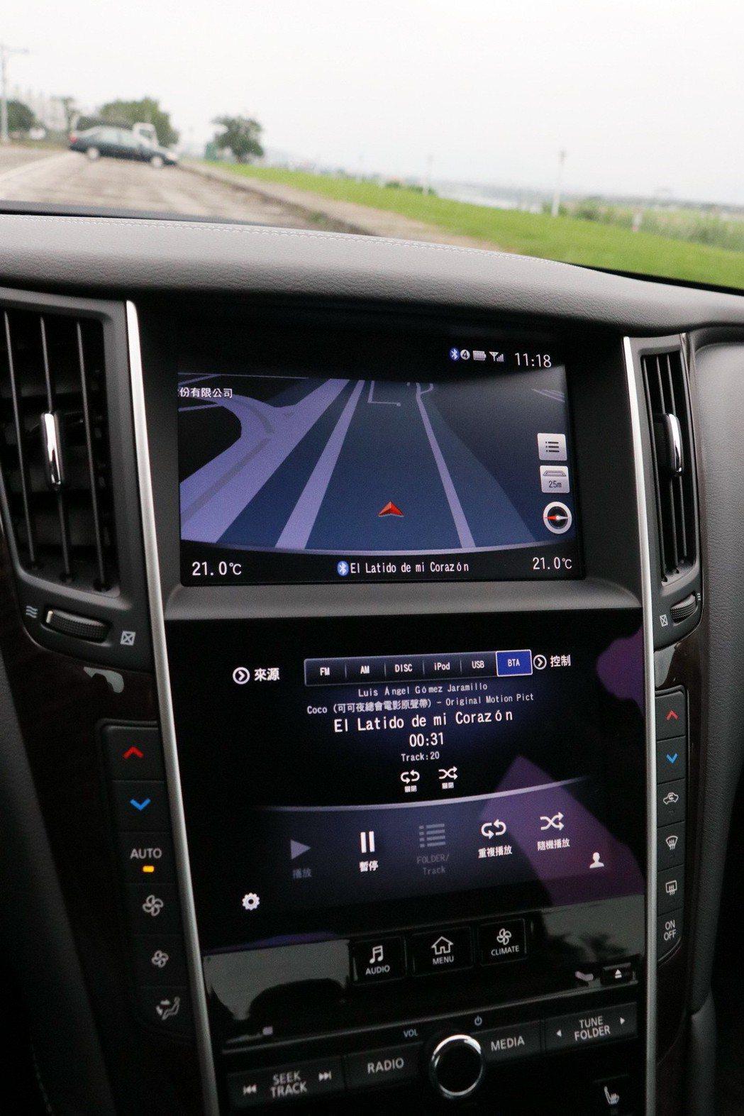 上方8吋、下方7吋兩具觸控式液晶螢幕組成的雙觸控螢幕設計。 記者陳威任/攝影