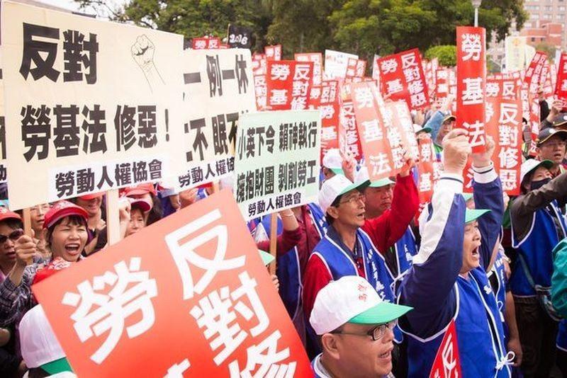 連兩年的《勞基法》修訂,在台灣社會引起很大的爭議。圖為上千名勞工與多個勞工團體1...