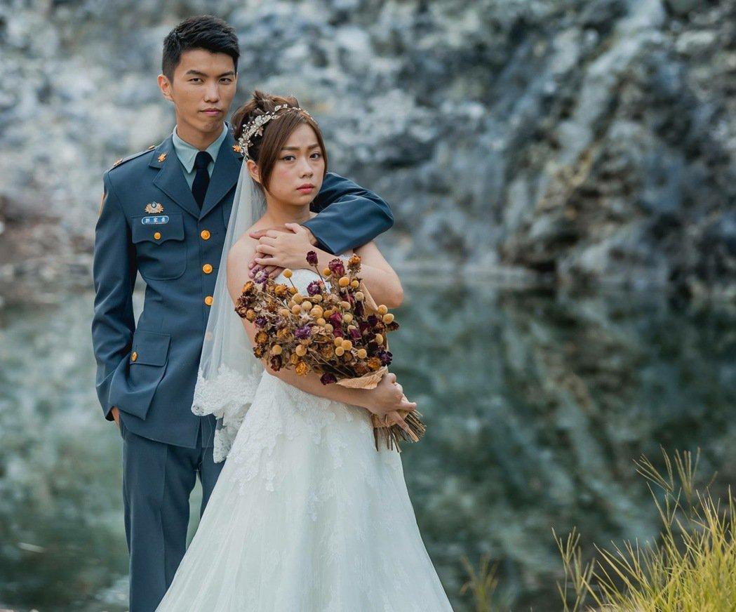 國防部青年日報透過臉書粉絲專頁貼出這幀軍服婚紗照,陸軍軍常服的新郎抿嘴雄視鏡頭,...