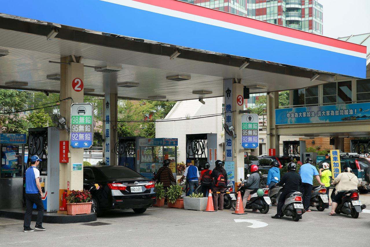 中油中午宣布油價,國內油價面臨連5漲;圖為中油加油站北投店。本報資料照片