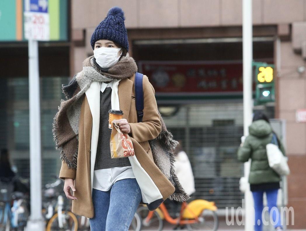 今晨冷空氣雖已逐漸減弱,各地因晴朗風弱,輻射冷卻降溫效應很強,沿海空曠地區及山坡...