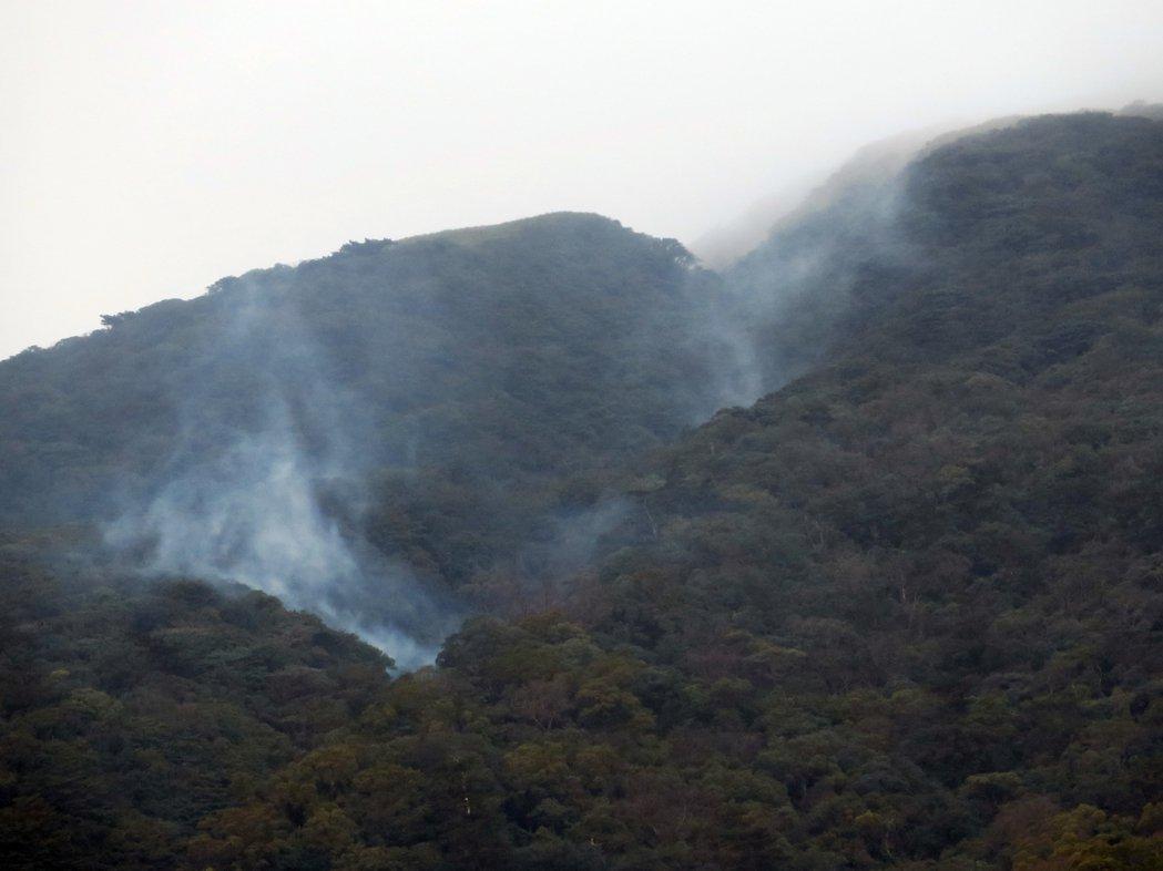 陽明山有居民目擊,七星山東南麓小油坑相對位置的山麓,連日持續冒出白色氣體迷漫山間...