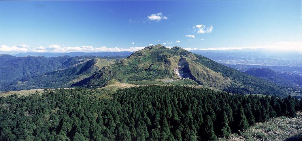 七星山上的小油坑(圖中),是一處後火山活動地質景觀區,位於七星山的西北麓,海拔約...