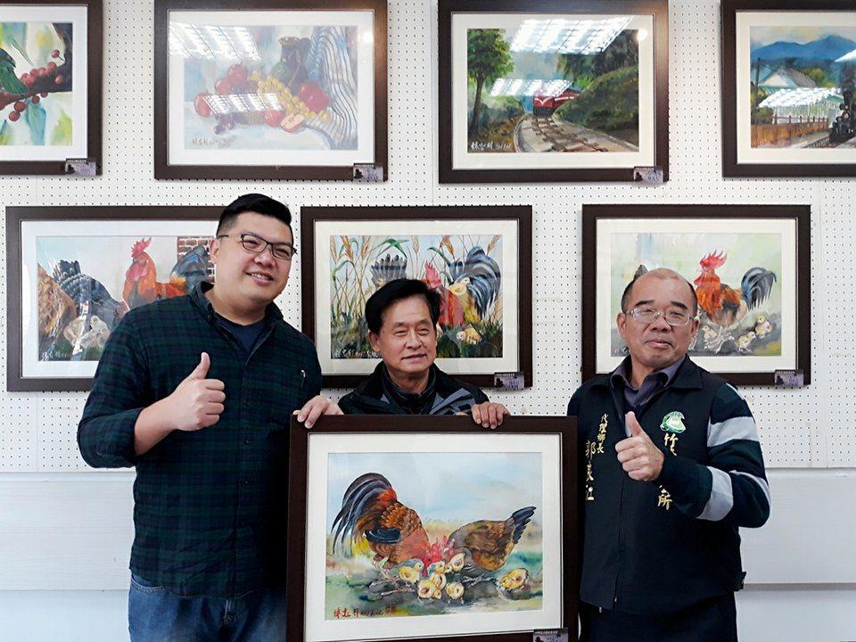 61歲農民畫家林忠村(中)「無師自通,勤勉創作」,右是竹崎鄉長郭良江,左是竹崎文...