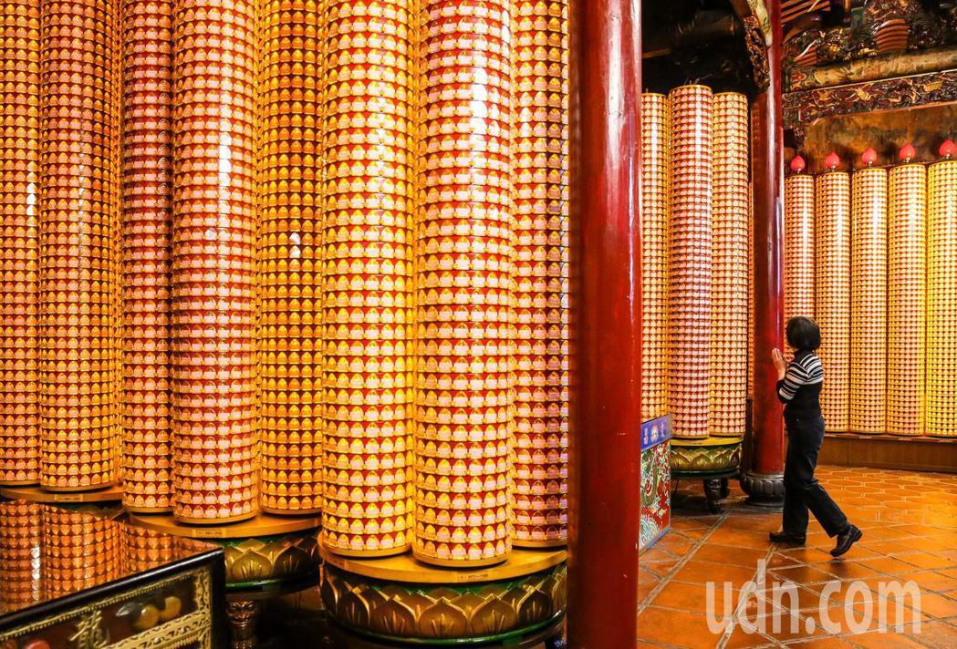 台北龍山寺今年共準備20萬盞光明燈。記者鄭清元/攝影