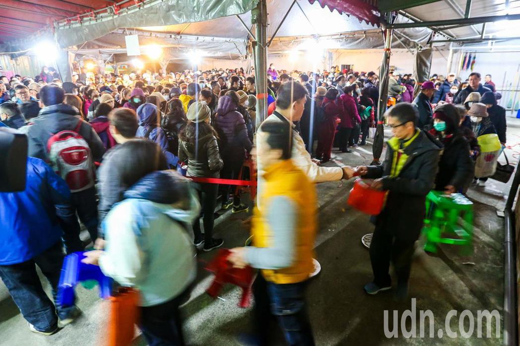 大批信眾不畏寒風,提前來卡位形成排隊長龍。記者鄭清元/攝影
