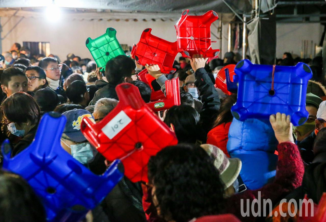 許多信徒提前帶椅子來卡位。記者鄭清元/攝影