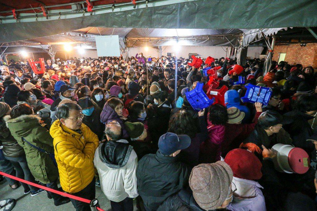 大批信眾不畏寒風,提前卡位形成排隊長龍。記者鄭清元/攝影