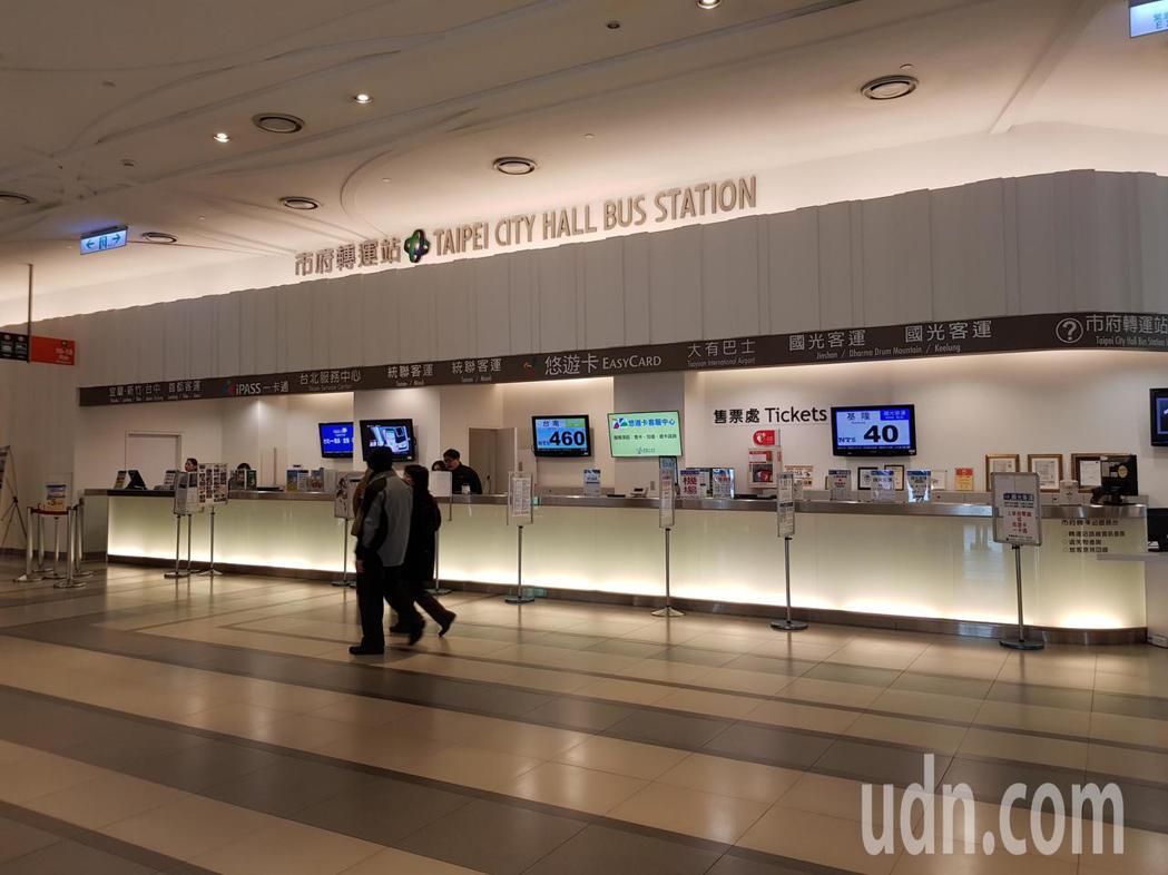 台北市政府連年補助轉運站房租稅,明年起將參照議員建議取消,客運業者勢必重新評估成...