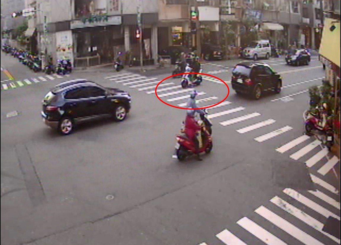 男子騎機車涉嫌撞傷小學生,台中一名警察剛好騎車在後方,全程目擊。記者游振昇/翻攝