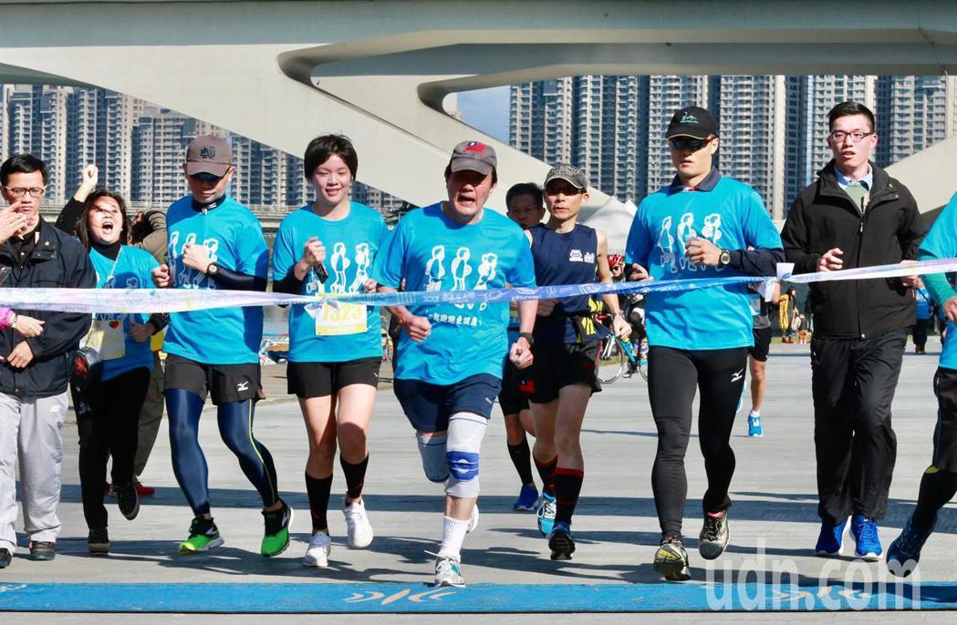 前總統馬英九(右四)上午參加「先總統經國先生逝世30週年」感恩路跑活動,完成5公...