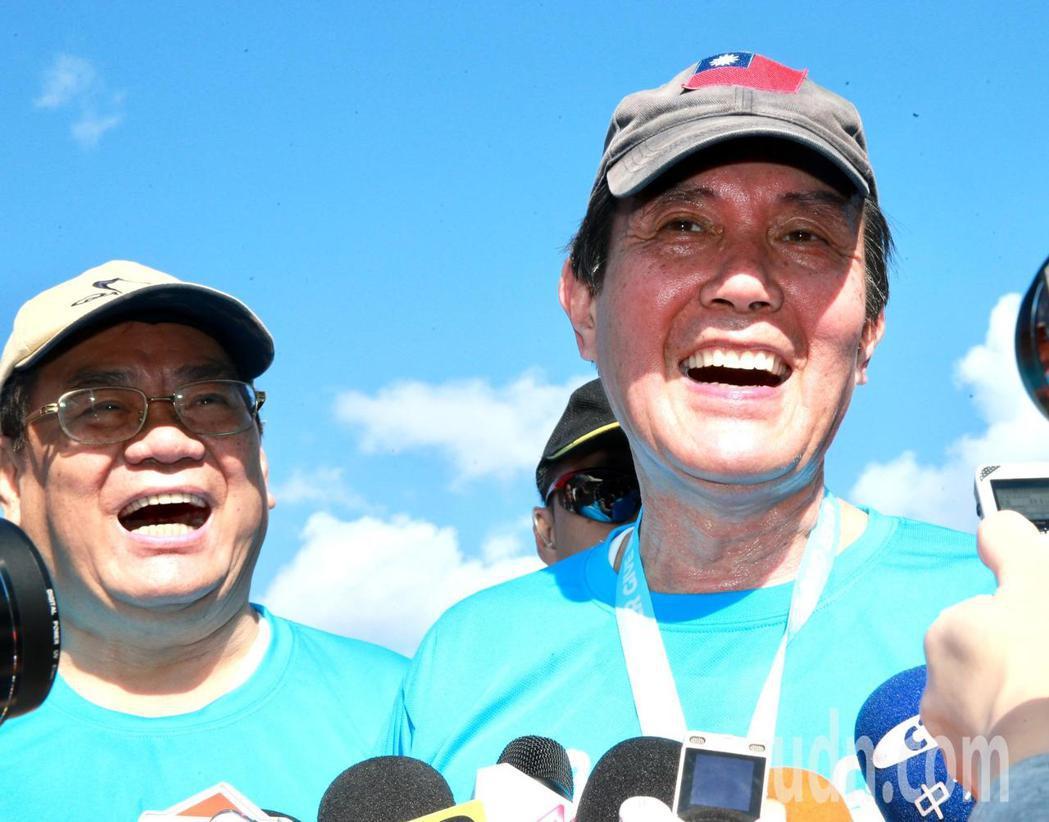 前總統馬英九(右)上午參加「先總統經國先生逝世30週年」感恩路跑活動,對於媒體報...