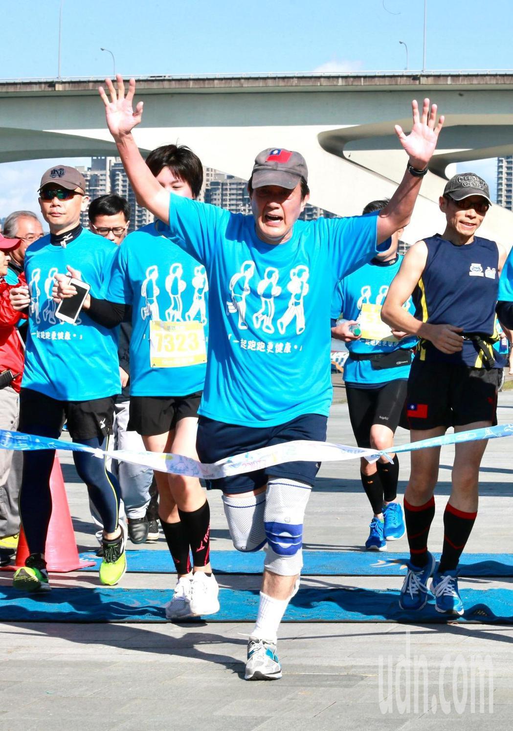 前總統馬英九(右二)上午參加「先總統經國先生逝世30週年」感恩路跑活動,完成5公...