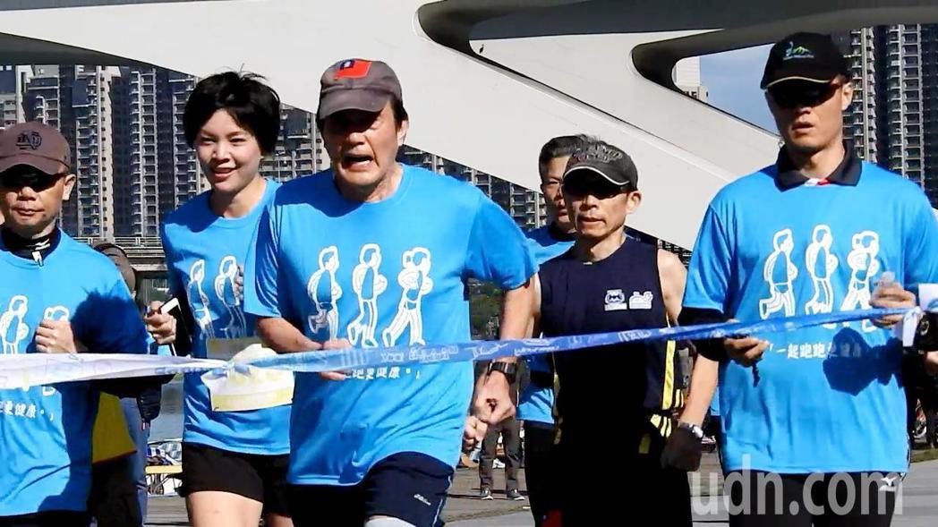 前總統馬英九(左三)今天上午參加經國先生逝世30周年感恩路跑5公里組,賽前跟著認...