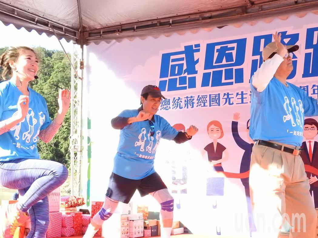 前總統馬英九(中)今天上午參加經國先生逝世30周年感恩路跑5公里組,賽前跟著認真...