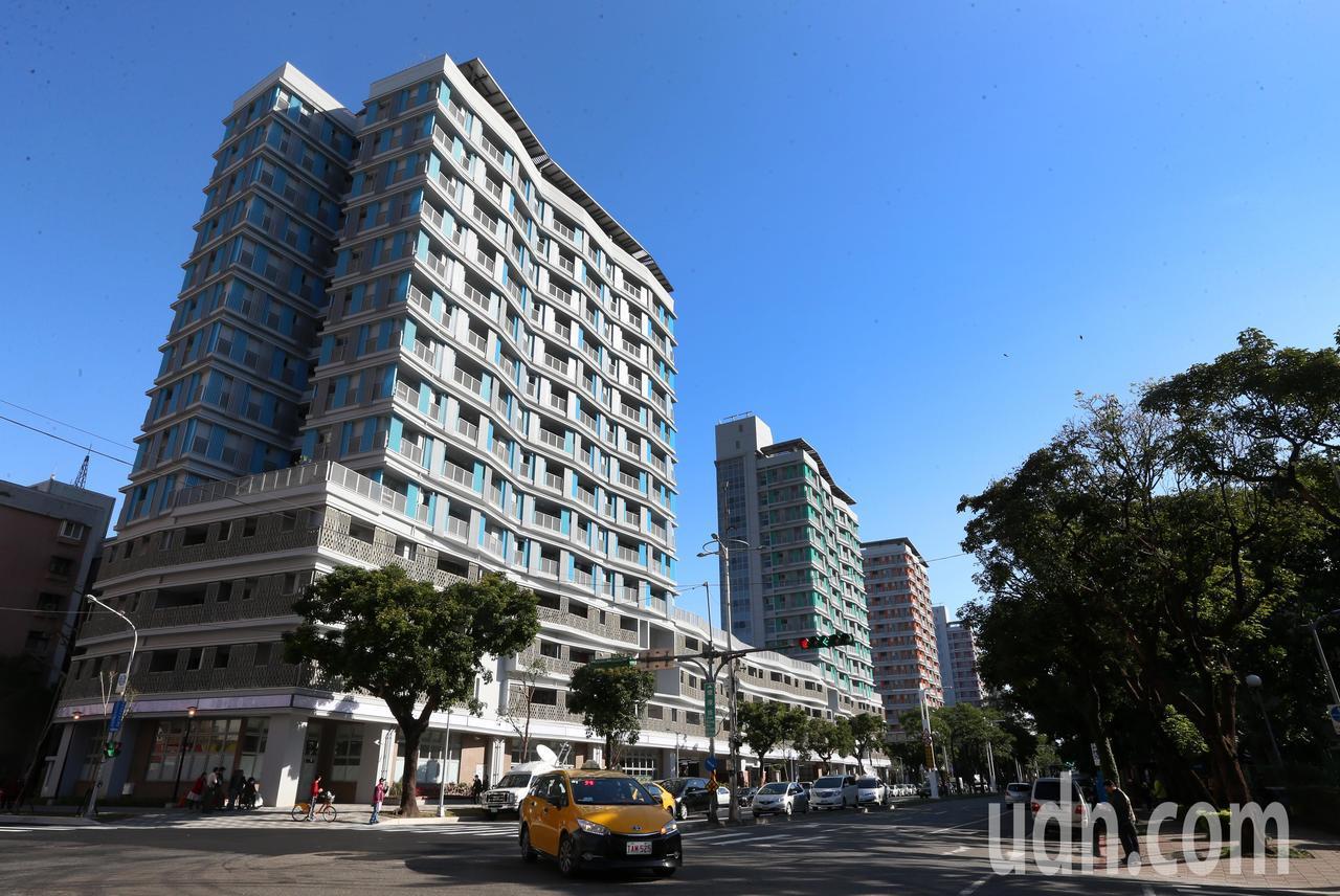 位於台北市松山區健康路、三民路口的健康公共住宅,由原本是眷村的婦聯五村改建。記者...