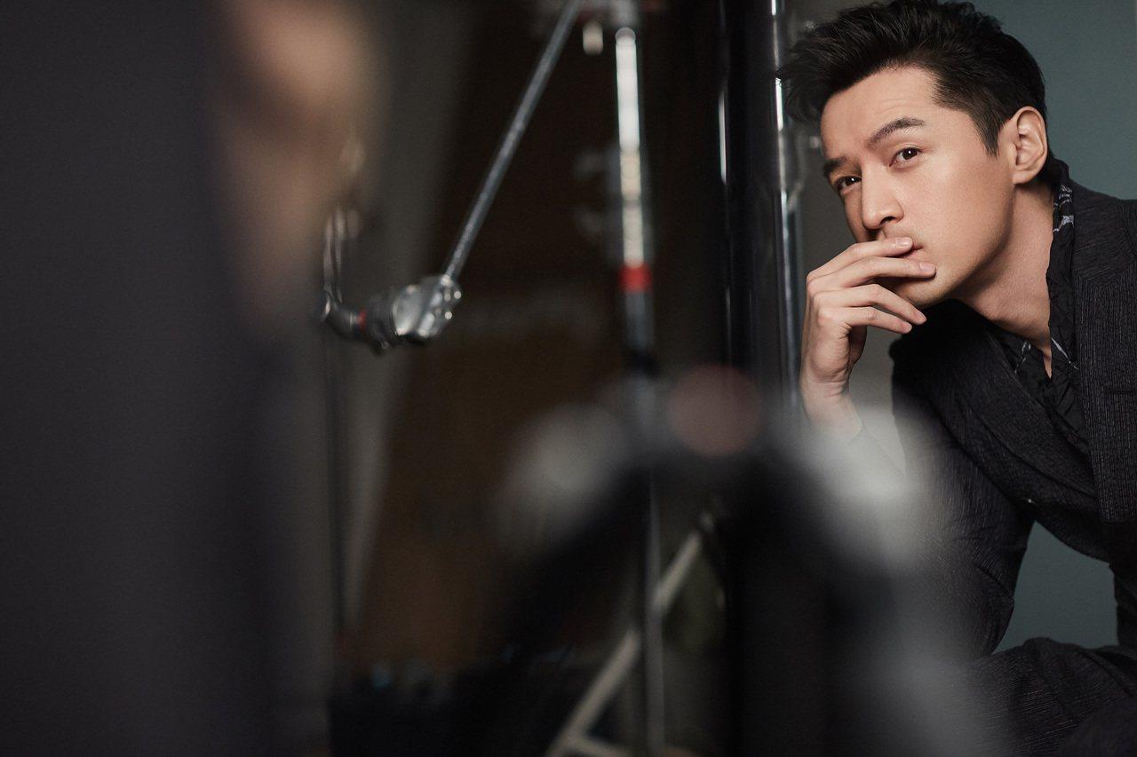 胡歌演繹Emporio Armani 2018春夏成衣系列形象廣告的幕後花絮。圖...