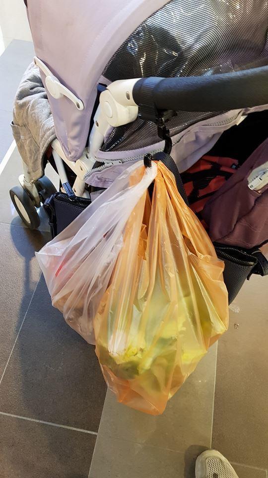 限塑政策擴大,小吃店、傳統市場買菜並沒有限制,因此要多少塑膠袋都有。讀者/提供
