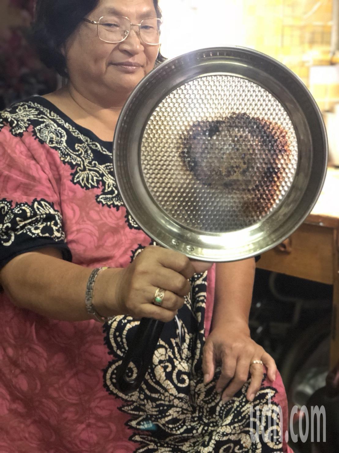 嘉義市婦人羅碧芳網購買鍋子,收到貨品發現品質不如預期,「鍋子薄到打架都會破」,一...